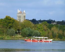 Bateau croisière sur la Loire, Tour Oudon au fond