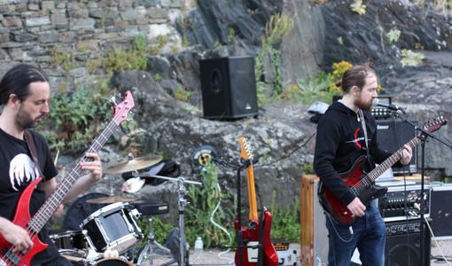 2 guitaristes au pied de la Tour