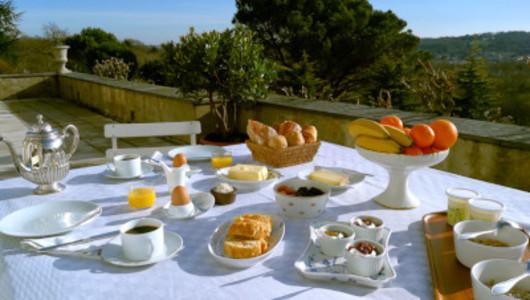 Petit déjeuner sur terrasse château