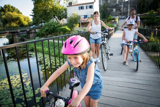 Famille à vélo sur la passerelle du Havre