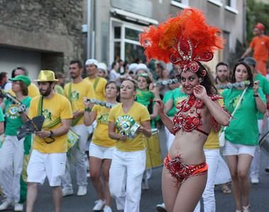 Danseuse samba et musiciens fanfare