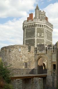 Entrée du château et de la tour à Oudon