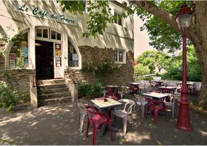 Entrée et terrasse du Café du Havre Oudon