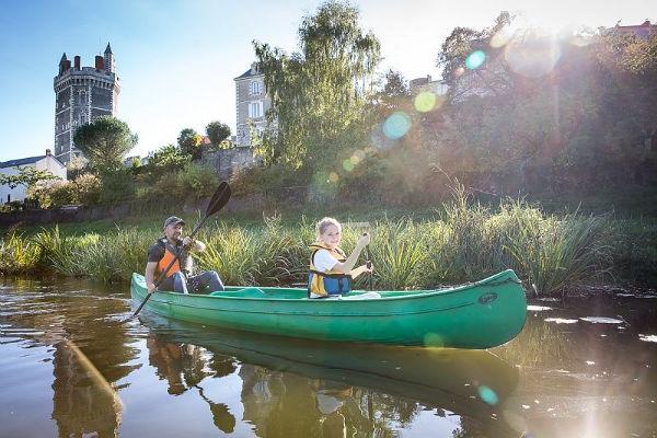 2 personnes dans un canoe